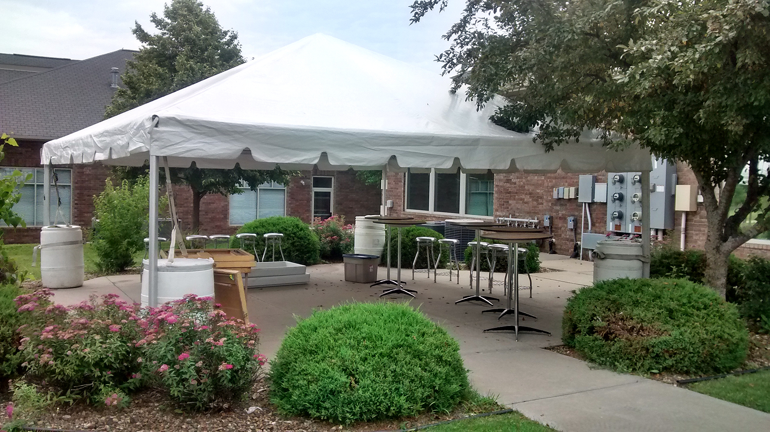 Rent 20' x 20' frame party & event tent/temporary structure Iowa